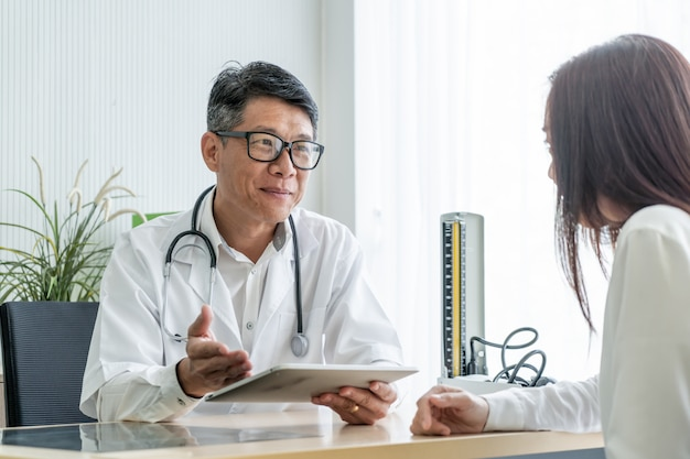Azjatycki senior lekarka i pacjent dyskutujemy