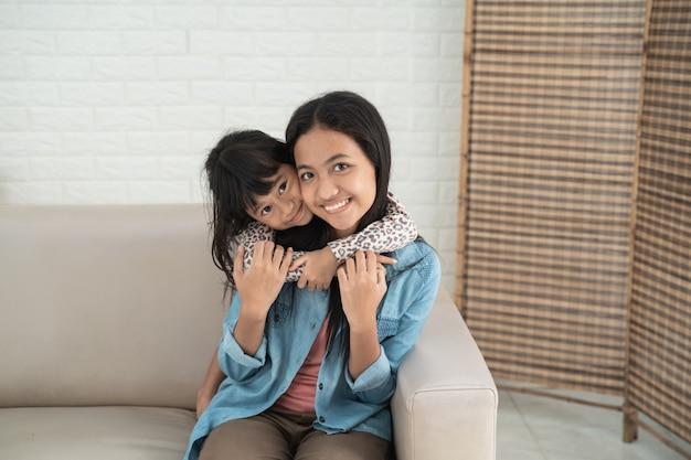 Azjatycki śliczny szczęśliwy rodzeństwa ono uśmiecha się