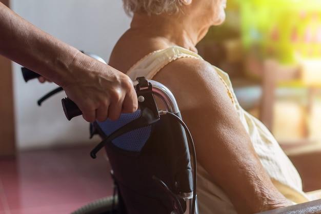 Azjatycki starszy lub starszy starej damy kobiety pacjent na wózku inwalidzkim, zdrowy medyczny pojęcie