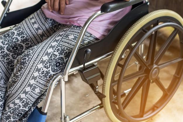 Azjatycki starszy lub starszy staruszka kobieta pacjenta na wózku inwalidzkim