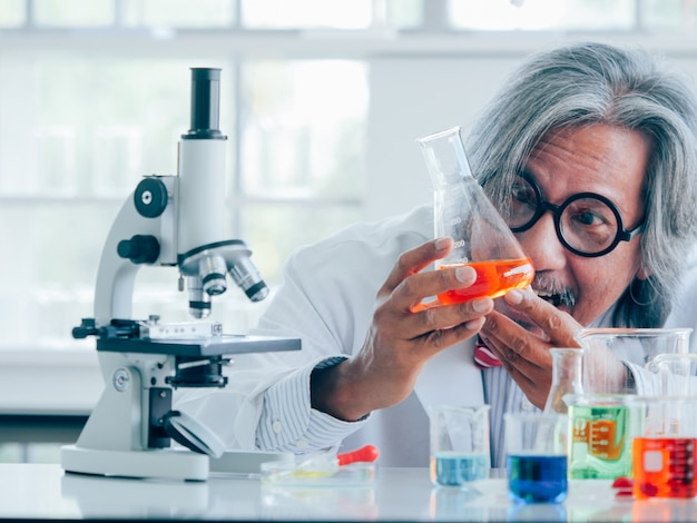 Azjatycki starszy naukowiec badań medycznych pracuje na kolanach