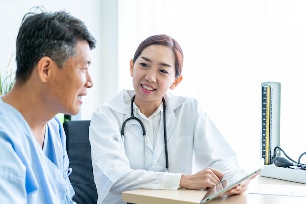 Azjatycki starszy pacjent ma konsultację z lekarką