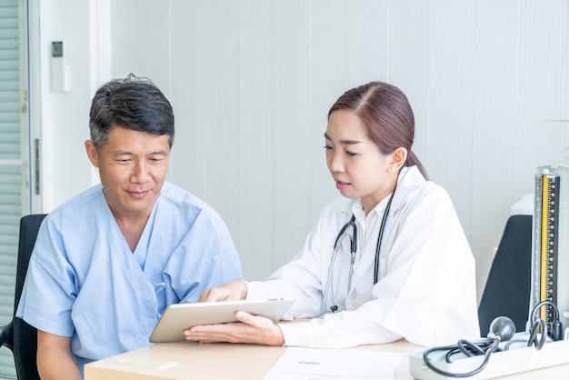 Azjatycki starszy pacjent ma konsultację z lekarzem