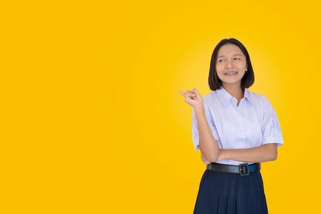 Azjatycki student w mundurze.