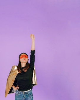 Azjatycki superbohater w latanie pozie
