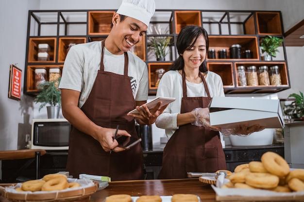 Azjatycki szef kuchni przygotowuje domowe pączki