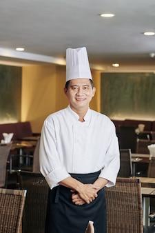 Azjatycki szef kuchni w swojej restauracji