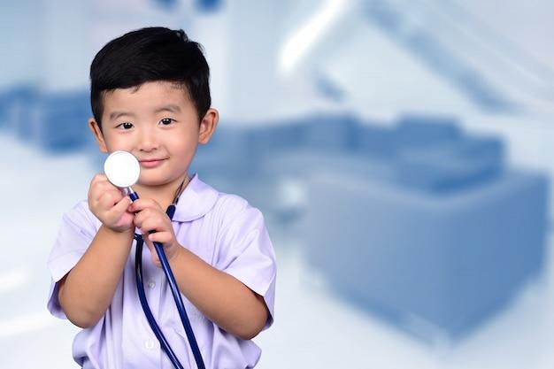 Azjatycki tajlandzki dzieciak z medycznym stetoskopem