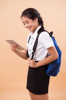 Azjatycki tajski studentka college'u. edukacja portret studentka poważnych, zestresowanych uniwersytetów niosących plecak i tablet komputerowy