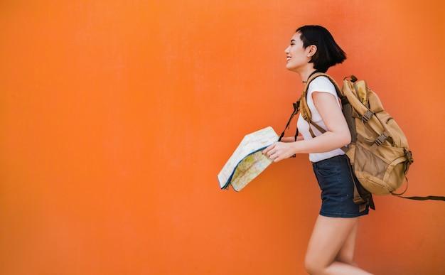 Azjatycki turysta kobieta prowadził ją do różnych miejsc
