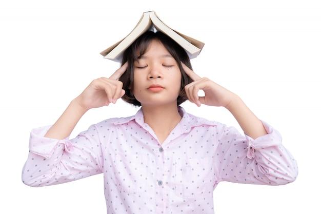 Azjatycki uczeń z książką na bielu