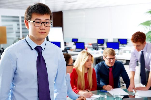 Azjatycki wykonawczy młody biznesmena portret