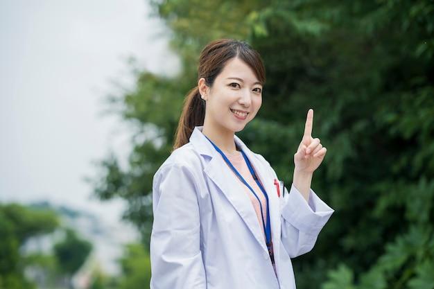 Azjatycki żeński opieka zdrowotna pracownik w białym żakiecie