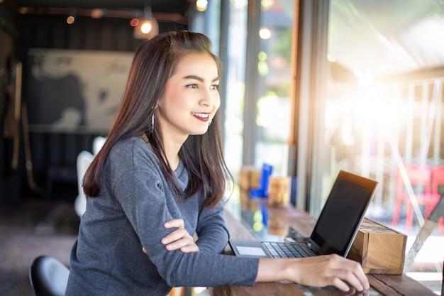 Azjatyckie biznesowe kobiety używa notatnika działanie i dyskusję znacząco kontrakt przy biurem