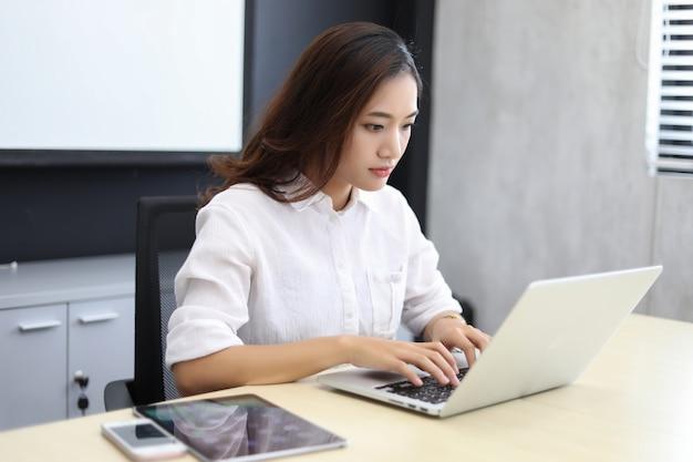 Azjatyckie biznesowe kobiety używa notatnika, poważny i migrena dla pracować