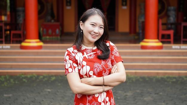 Azjatyckie chińskie kobiety graceful pose with ornament chiński nowy rok