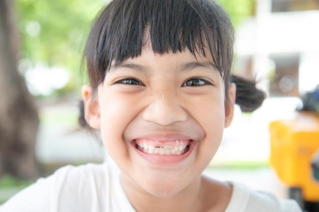 Azjatyckie dzieci dziewczyna szczęście i uśmiech