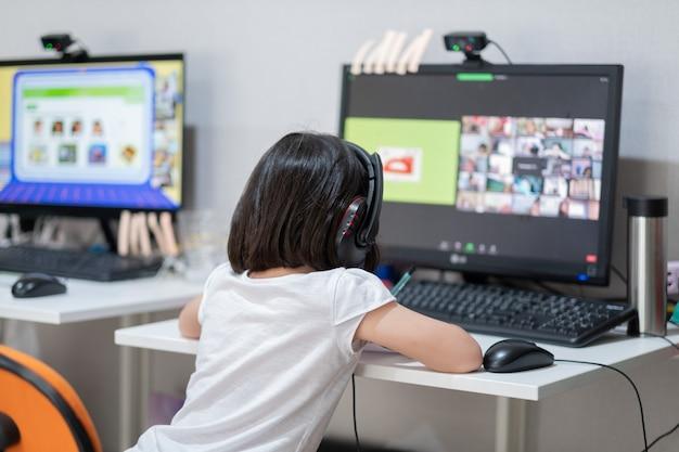 Azjatyckie dzieci uczą się na komputerze online, w szkole domowej