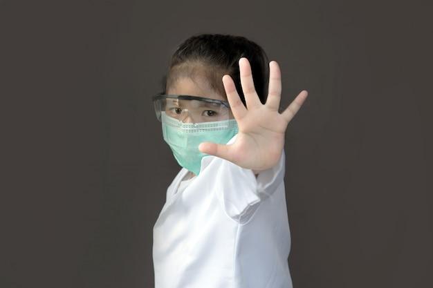 Azjatyckie dzieci z maską ochronną i szklaną osłoną są otwarte