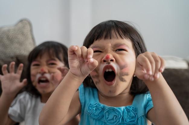 Azjatyckie dzieci z pomalowanymi twarzami