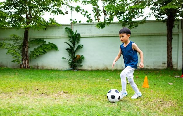 Azjatyckie dzieciaki przygotowują się do treningu piłki nożnej.
