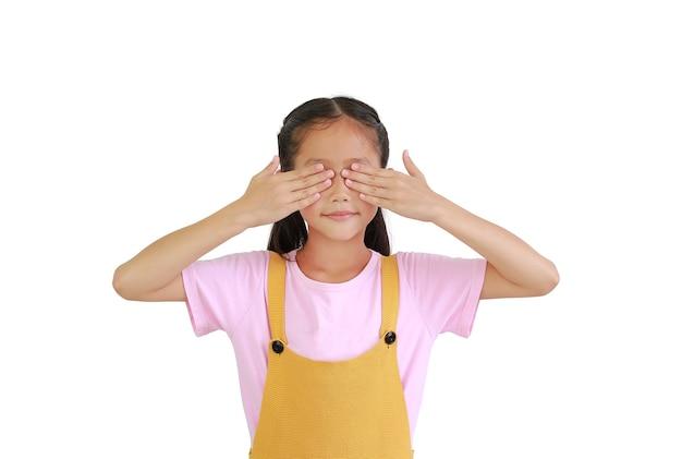 Azjatyckie dziecko dziewczynka zakrywa oczy rękami na białym tle
