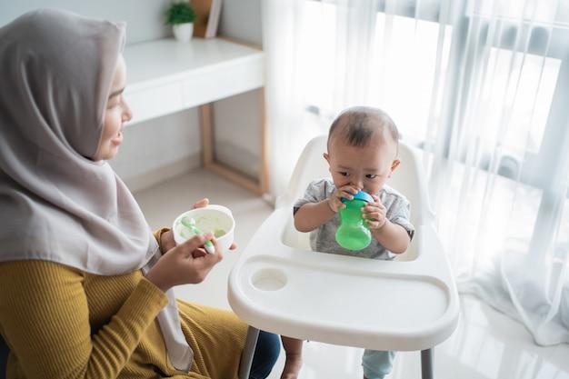 Azjatyckie dziecko je stałe jedzenie od matki