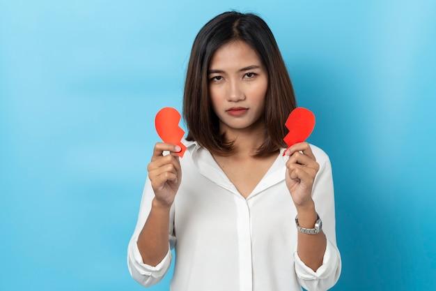Azjatyckie dziewczyny gospodarstwa kształt złamane czerwone serce