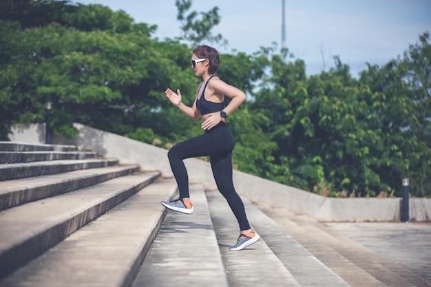 Azjatyckie kobiety biega i jogging podczas plenerowy na miasto bieg