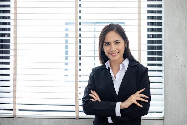 Azjatyckie kobiety biznesu i grupa korzystająca z notebooka do spotkań, a kobiety biznesu uśmiechnięte szczęśliwe do pracy