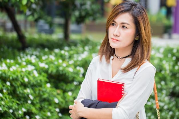 Azjatyckie kobiety biznesu martwią się wyrazem pracy