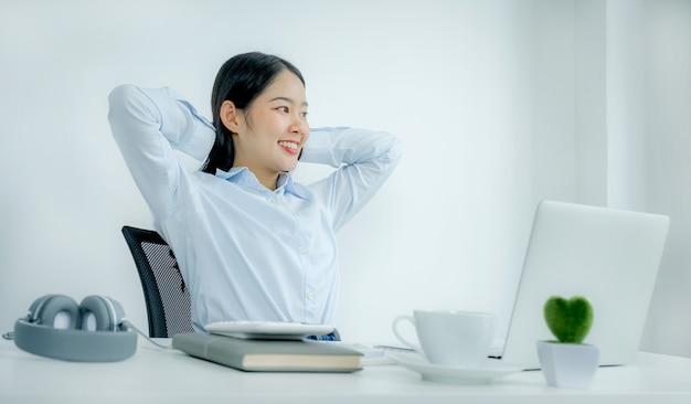 Azjatyckie kobiety biznesu siedzą wygodnie przed laptopem.