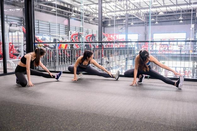 Azjatyckie kobiety ćwiczenia i styl życia w siłowni fitness. trening sportowy kobieta z trenerem. wellness i zdrowy dla kulturystyki.