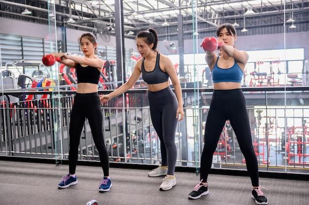 Azjatyckie kobiety ćwiczenia i styl życia w siłowni fitness. trening sportowy kobieta z wagą trenera i hantle. wellness i zdrowy dla kulturystyki.