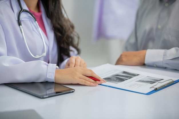 Azjatyckie kobiety dyskusja lekarza i pacjenta na temat wyników zdjęć rentgenowskich w biurze kliniki