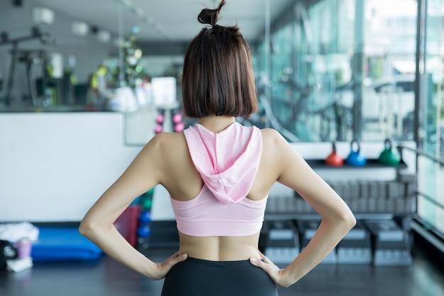 Azjatyckie kobiety grać w fitness na siłowni