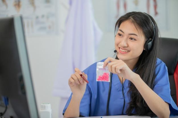 Azjatyckie kobiety lekarz rozmawiają przez czat wideo konsultują się z pacjentem online na temat objawów i leków