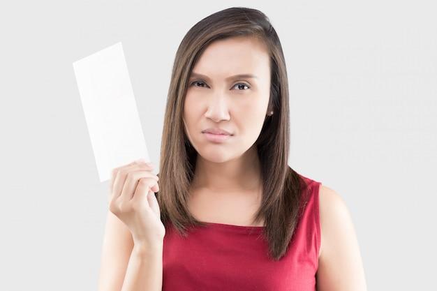 Azjatyckie kobiety martwili się o rachunki na szarym tle