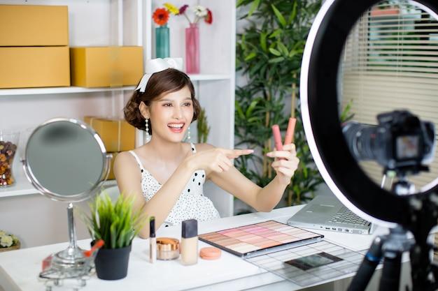 Azjatyckie kobiety piękno vlogger lub blogger nagrywanie tworzą