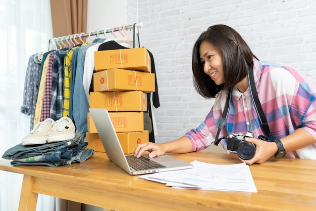 Azjatyckie kobiety pracuje laptop sprzedaje online