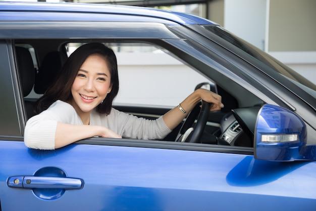 Azjatyckie kobiety prowadzące samochód i uśmiechnięte radośnie z radosnym pozytywnym wyrazem podczas jazdy do podróży, ludzie cieszą się roześmianym transportem i zrelaksowaną szczęśliwą kobietą na koncepcji podróży wakacje