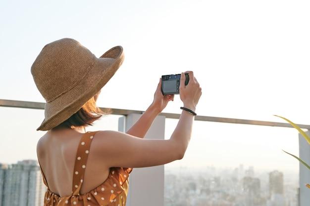 Azjatyckie kobiety robienie zdjęć przy użyciu profesjonalnego aparatu. młody fotograf, naturalne światło.