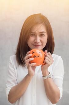 Azjatyckie kobiety szczęśliwej enjoy ręki chwyta kubka szczęśliwa pije kawa