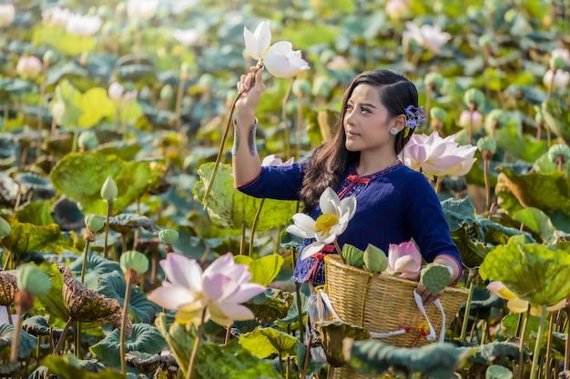 Azjatyckie kobiety thailand cuture z lotosową tradycyjną suknią.
