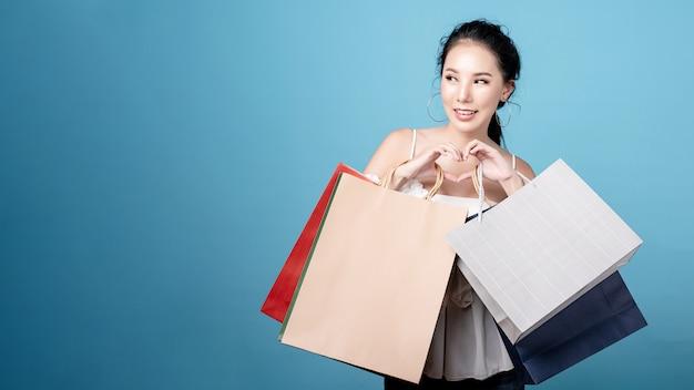 Azjatyckie kobiety trzymającej torby na zakupy