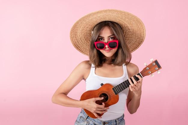 Azjatyckie kobiety turyści noszą letnie ubrania i czerwone okulary przeciwsłoneczne