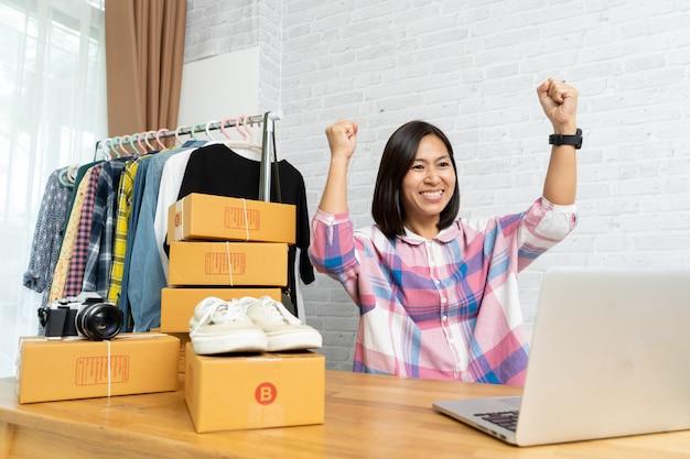 Azjatyckie kobiety udane szczęśliwy sprzedaż online po nowym zamówieniu