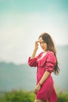 Azjatyckie kobiety w czerwieni sukni na wschodzie słońca