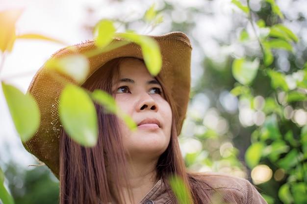 Azjatyckie kobiety w lesie.