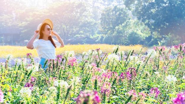 Azjatyckie kobiety z kwitnącym kwiatem w ogrodzie. świeża wiosna i lato kwiatowy łąka.